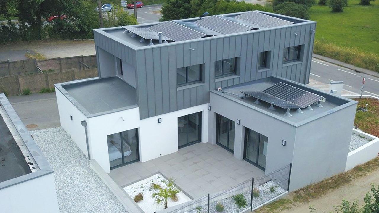 Maison Bâti Activ à Auray - vue exterieure - panneaux photovoltaique